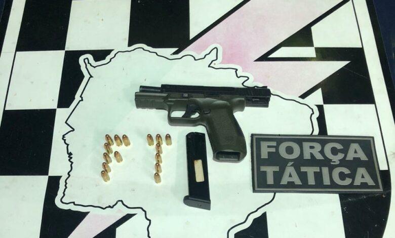 Em operação realizada na cidade de Ponta Porã, policiais militares da Força Tática prendem indivíduo portando arma de fogo |