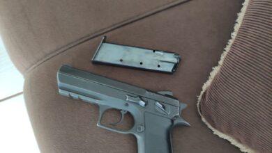 Foto de PMA Mundo Novo prende autor de assassinato de um homem e ter baleado outro com pistola 9 mm e prende também segurança que escondia a arma do crime |
