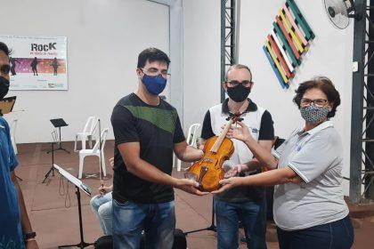 Violino confeccionado pelo Espaço Cultural Ateliê de Violino Ádila é entregue a presidente da Casa da Cultura