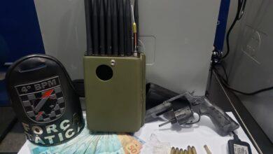 Foto de Força Tática prende trio com arma de fogo e bloqueador de sinal de GPS e redes móveis em frente a Estabelecimento Penal |