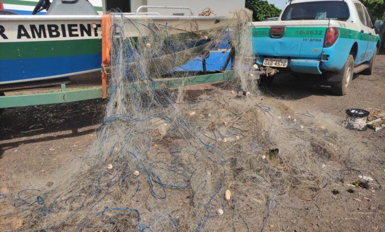 PMA de Mundo Novo surpreende cinco pescadores na região do Parque Ilha Grande e apreende barco, 60 redes, medindo 900 metros, espinheis e anzóis de galho nos rios Paraná e Iguatemi |