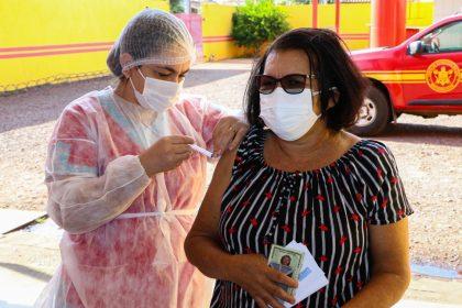 COVID-19 – Trabalhadores da Educação com mais de 55 anos recebem primeira dose da vacina contra COVID-19 neste sábado em Três Lagoas