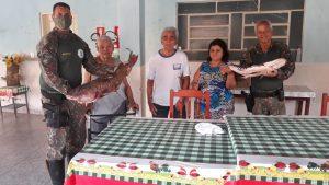 Foto de PMA de Porto Murtinho apreende 250 metros de redes e duas cordas de espinheis com 40 anzóis no rio Paraguai, solta peixes vivos e doa peixes que estavam mortos para asilo –